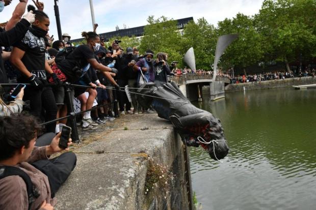 ギャラリー:世界で相次ぐ「英雄」の銅像撤去 写真11点