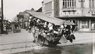 雑貨の行商人、仙台の街角を行く