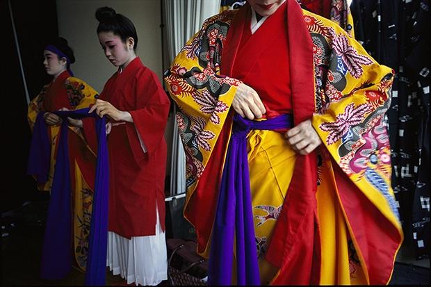 琉球の伝統を守る踊り手たち