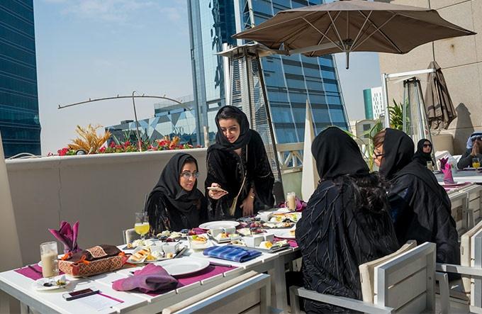 サウジアラビア ベールを脱ぐ女性たち