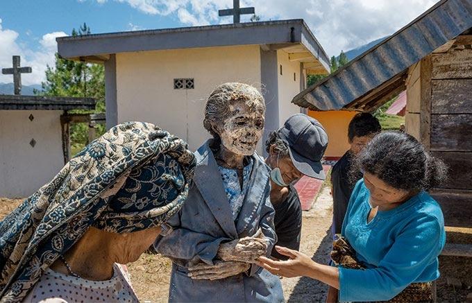 インドネシア 亡き家族と暮らす人々