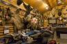 公園近くの山小屋でくつろぐ、狩猟ガイドでパイロットのレイ・アトキンス。8~10日の狩猟ツアーをガイドして、約160万円を受け取る。