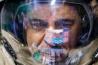 火星有人飛行の予行演習として1年近く国際宇宙ステーション(ISS)に滞在したミハイル・コルニエンコ。帰還後4日目に、ロシアの宇宙飛行士訓練センターで火星探査車のシミュレーション運転をしているところだ。宇宙に長くいると骨や脳にダメージが生じるおそれがあり、火星着陸後に任務を遂行できるとは限らない。