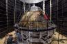 NASAの「火星への旅」計画で開発された乗組員輸送船オリオン。打ち上げ時の轟音の影響を調べるため、1510台のスピーカーで騒音を浴びせる準備中だ。これで火星に行くには狭すぎるため、居住モジュールとドッキングするが、そちらはまだ設計されていない。