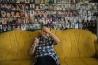 <b>ボスニア・ヘルツェゴビナ</b><br>スレブレニツァ虐殺の戦争寡婦を取りまとめるハイラ・チャーティチが、20周年の追悼式の準備に追われるなか、つかの間の休息をとる。1995年に起きたこの事件で、セルビア人勢力は1週間で何千人ものイスラム教徒を殺害した。寡婦たちは今も事実の究明を求めている。