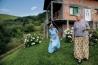 <b>ボスニア・ヘルツェゴビナ</b><br>ファータ・レメシュ(左)とハミダ・レメシュ(右)は幼なじみで、長じてレメシュ兄弟と結婚したが、ボスニア内戦で夫たちは死亡。今はほかの4人の戦争寡婦とともに、スケイチ村のこの家で暮らし、庭で花を育てている。