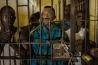 <b>ウガンダ</b><br>ムコノ県の寡婦ベティ・ナノジを脅した罪に問われているジョセフ・センチマ(中央)。彼をはじめとする70人余りがナノジの畑を荒らし、息子を殺すと脅迫したとみられている。夫の遺書には妻に家を譲ると明記されていたが、夫の死後、その親族らが彼女を追い出そうとした。