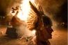 バイキングの伝統をたたえる英国シェトランド諸島の祭り「ウップヘリーアー」で、船のレプリカが燃やされる。戦士役の島民がかぶる羽根付き兜(かぶと)は史実とは異なり、彼らがアレンジしたものだ。