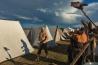 ポーランドの「スラブ人とバイキングの祭り」でバイキングのように帆布のテントで寝泊まりする参加者。本物らしさを追求し、体に入れ墨をした人も多く、野生動物を解体してあぶり焼きにする人もいる。