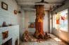 あらゆる病を癒やす <b>ニームの木</b><br>バラナシ(インド)<br><br>聖地バラナシの寺院内に生えたニーム(インドセンダン)の木は、仮面と衣装をつけている。この木はヒンドゥー教の女神シータラーの化身で、万病を癒やすと信じられているのだ。米インディアナ大学の宗教学教授デビッド・ハバーマンは、こんな談話を記録した。「息子は生まれたとき未熟児で、長くはもたないと医師に言われました。でもこの木に祈ったら、見事に生き延びたのです」