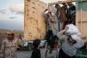 イラク政府はモスルの住民に、奪還作戦の間も市内にとどまるよう要請していたが、実際には10万人以上が逃げ出した。2017年初頭までに国内各地に設けられた避難民キャンプは86カ所。人々は町外れからトラックでキャンプに運ばれた。