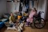86歳のキャリー・プレザント(右)が、次の世代にビーバーの革の上着の縫い方を教える。店で服を買うことが多くなった現在の暮らしに、「すごく変わったわ」と昔を懐かしむように語った彼女は、その後他界した。