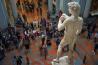 イタリア中部フィレンツェのアカデミア美術館に立つ、高さ5.17メートルのダビデ像。ミケランジェロが大理石を彫って制作してから500年余りたった今も、人々の感嘆のまなざしを浴びている。天才の基準として最も確かなのは、その業績が時代を超えて影響を与えるかどうかだ。