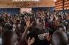 バンバリにある教会で、キリスト教徒たちが祈りをささげる。多くの町の教会が、キリスト教徒だけでなく、暴力から逃れてきたイスラム教徒も迎え入れた。「兵士や政治家が逃げ出したとき、神を信じる人々は助け合いました」とある司祭は話す。