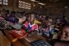 バンギの学校で1時間目の授業に臨む子どもたち。この学校は戦いのために2年間閉鎖されていた。イスラム教徒が率いる反政府勢力は、国中の学校を破壊。教師は内戦前から不足していたうえ、多くが避難先から戻っていない。