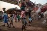 数万人のバンギ市民が避難しているのは、国連の平和維持部隊が警護する空港。避難民のテントのすぐ近くには壊れた飛行機が放置されていたり、使用中の滑走路があったりする。2016年12月、ここにいる避難民を街に再定住させようと、政府は資金を支給し始めた。