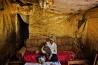 1年ぶりにバンギの自宅に戻ったリシャル・ドフ。お祝いに部屋を金色の紙で飾った。彼が住む地区にはかつてキリスト教徒もイスラム教徒もいた。現在、ドフのようなキリスト教徒は戻りつつあるが、イスラム教徒はまだだ。