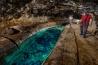 淡水の池。ハワイ島の洞窟内で見つかるのは珍しい。潜ってみたくなるが、池の中は曲がりくねり、方向感覚を失ったり、落石などに進路を塞がれて身動きがとれなくなったりする危険があるという。