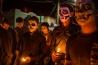 2011年、麻薬密売組織セタス・カルテルは、捜査当局に内通したと思われる構成員への報復として、北部にあるアエンデ市とその周辺の町を襲い、少なくとも60人を殺害した。祖先をたたえるメキシコの祝日「死者の日」には、街はいつにも増して悲しみに包まれる。