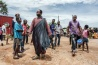 <b>キトウェのイエス</b><br>別名<br>「世界の母岩」<br>「ミスター忠実な信者」<br>「ミスター神の御言葉」<br>ザンビア中部の都市ンドラで、われこそは救世主の再来、終末の日が訪れたと声を上げながら、市場を練り歩く。43歳で、本名をブペテ・チブウェ・チシンバといい、普段は私服でタクシーを運転し、妻と5人の子どもと近くの都市キトウェで暮らしている。24歳のときに天啓を得たという。この写真を撮った直後、キリスト教徒の一団が彼を非難し始めた。暴力を振るわれそうになると、キトウェのイエスは慌ててその場を後にした。