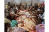 2009年、米国人ハンターが撃ったゾウの肉を分け合う、ジンバブエの村人たち。この村は「固有資源のための共有地管理プログラム」に参加している。狩猟の権利などを売り、利益の一部が村に還元される仕組みで、かつては模範的な試みだった。しかし、村に資金が入らない、地元の生活改善に使われないなどの問題が起き、今では批判的な見方もある。