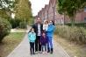<b>ドイツ</b><br>イラクのシンガル山南麓シバシェハドレ村出身の一家。左から長女ミディア、父親ミシェル、次女ミナ、長男ビワ、母親シャハ。イラクからボートやバス、列車を乗り継いで2015年12月にドイツへ入国し、政府から一家で毎月1300ユーロ(約17万円)を支給されて暮らしている。子どもたちはドイツの学校へ通い始めた。