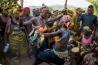 シエラレオネ北東部のカバラの町で行われた「ボンド」と呼ばれる儀式で、19歳のエリザベスと13歳のレベッカがダンスを踊る。成人を祝うこの儀式では昔から女性器の切除が行われている。年長者の話によれば、少女はボンドによって共同体の一員と認められ、嫁ぐ準備が整うのだという。性器切除は心身ともに有害とされるが、同国の女性の大半が受けている。