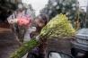 雨の降りしきるデリーで花を売る9歳のアーティ。少女が独りでいると、性的暴力の被害に遭いやすくなる。そうした危険があるにもかかわらず、学校に通わず、家計を助けるために働く子どもが、世界中には数多くいる。