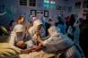 2006年、インドネシアのバンドンにある学校で、女性器を切除される少女たち。ユニセフによれば、女性器切除を受けた少女と女性は、世界の約30カ国で少なくとも2億人にのぼるという。インドネシアでは、12歳未満の少女の約半数が切除されていて、現在もさまざまな衛生状況の下で施術が行われている。