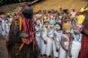 マサンガ村で行われた成人の儀式で、女性がふんする悪魔が少女たちを脅かす。この儀式では女性器の切除は行われず、参加した少女たちは、スイスの非営利団体から無償で教育が受けられる。