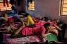 授業の合間に、寄宿舎の部屋でくつろぐリンキ・クマリ(手前)とアーティ・クマリ。彼女たちが通っているのは、インド北東部の町、フォルブズガンジに政府が設立した学校だ。ここで勉強している100人ほどの少女たちは、近隣の村々の貧しい家庭の出身だ。学校の運営は、性的人身売買の廃絶を目指す慈善団体が担っている。
