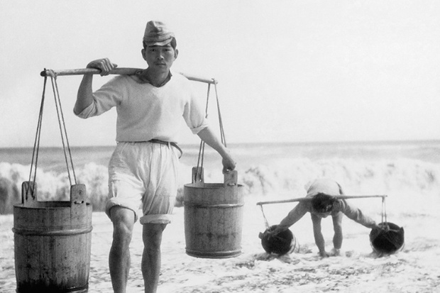 塩作りは重労働 海水を運ぶ男たち