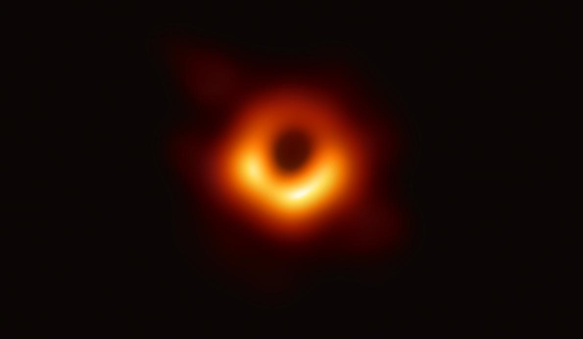 銀河M87の中心にある超大質量ブラックホールとブラックホールシャドウの画像撮影に史上初めて成功した。(PHOTOGRAPH BY EVENT  HORIZON TELESCOPE COLLABORATION)