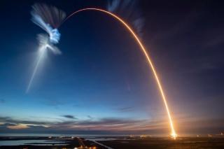 ロケットの光の軌跡