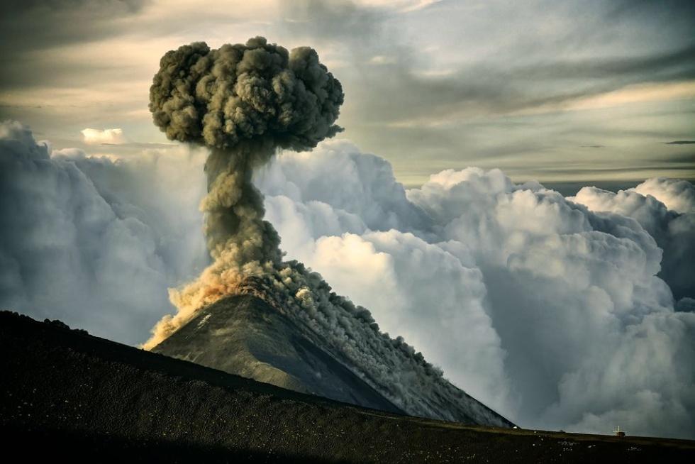 噴煙を上げるフエゴ火山