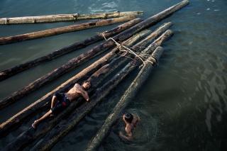 水遊びする少年たち