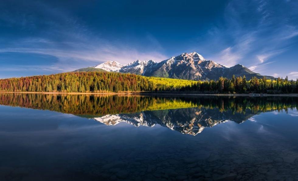 パトリシア湖に映る山々