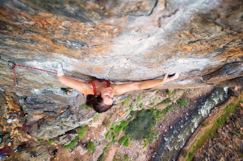 ギャラリー:片腕で岩壁を登る女性クライマー 写真5点(写真クリックでギャラリーページへ)