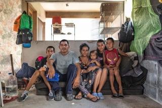 亡命待機シェルター 国境の街で待ち続ける家族の肖像 写真10点