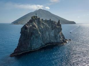 日々1時間に4回近く噴火 世界有数の火山島に暮らす人々