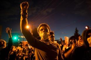 「我々は傷ついている」 黒人拘束死、悲しみと怒りのミネアポリス 写真18点
