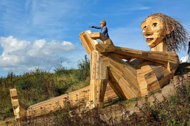 巨大トロルを世界に増殖させるデンマークの芸術家 写真7点