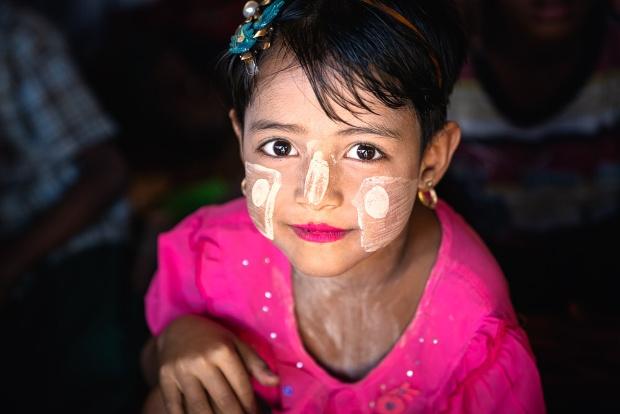 ミャンマーの化粧をするロヒンギャの少女、迫害受けてもたくましく