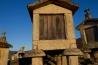 石柱の上にネズミ返しが取り付けられたトウモロコシの貯蔵庫と脱穀場。ポルトガルとスペインの探検家たちが新世界からトウモロコシを持ち帰って間もない17世紀以降、こうした建物は農村の中心的存在となってきた。