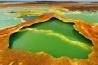 硫黄と藻類が温泉を鮮やかな色に染める。この水はマグマだまりから上昇したガスが凝結してできたもの。塩とミネラル成分が鮮彩に縁どる。