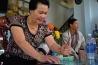 ベトナムのカフェで、サイの角を手にする女性。皿に少量の水を入れ、紙やすりのようにざらざらした皿の底で角をすって水に溶かすのだ。サイの角はさまざまな病気に効く一種の万能薬だと多くのアジア人は信じている。実際のところ、その薬効に関する科学的な研究はきわめて少なく、明確な結論も出ていない。それでもこの女性は、サイの角を服用するようになってから、「腎臓結石で苦しまなくなった」と語る。