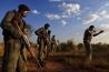 オーストラリア陸軍特殊部隊の元兵士、ダミアン・マンダーが、ジンバブエのナカバンゴ鳥獣保護区でレンジャー訓練生たちにショットガンの撃ち方を指導する。