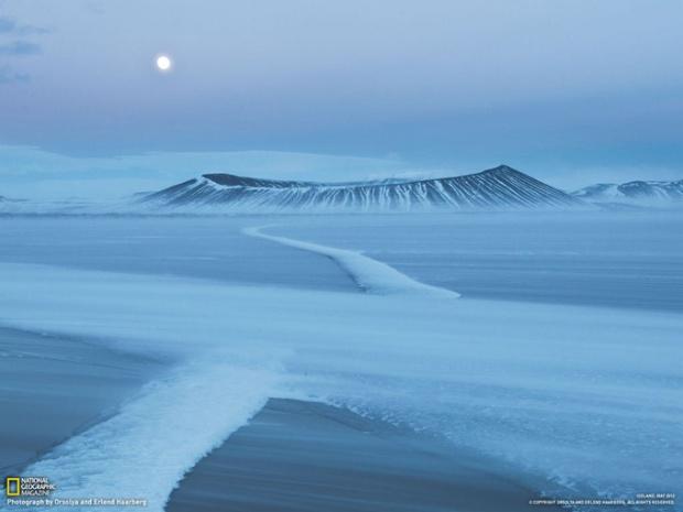 アイスランドの絶景 3 火口へと続く 雪の一本道