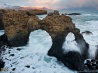 アイスランドの絶景 5 岩のアーチに打ち寄せる荒波