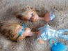 ビーチでくつろぐバービー人形たち